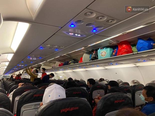 Cả trăm du khách Việt Nam vật vờ ở sân bay Đài Loan từ sáng đến tối vẫn chờ về nước vì dịch corona - Ảnh 8.