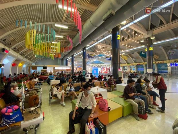 Cả trăm du khách Việt Nam vật vờ ở sân bay Đài Loan từ sáng đến tối vẫn chờ về nước vì dịch corona - Ảnh 3.