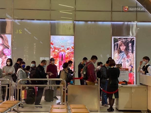 Cả trăm du khách Việt Nam vật vờ ở sân bay Đài Loan từ sáng đến tối vẫn chờ về nước vì dịch corona - Ảnh 2.