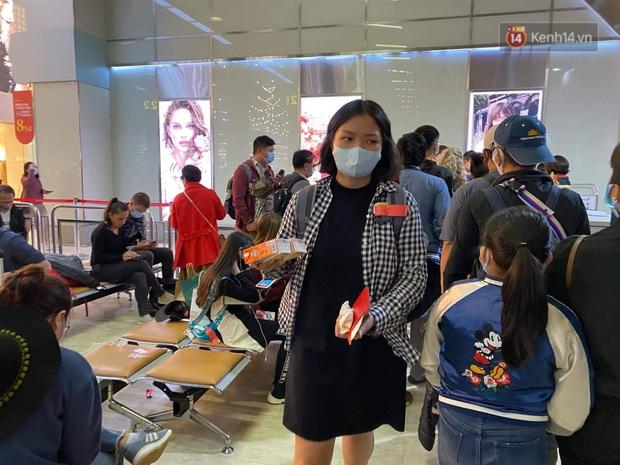 Cả trăm du khách Việt Nam vật vờ ở sân bay Đài Loan từ sáng đến tối vẫn chờ về nước vì dịch corona - Ảnh 6.