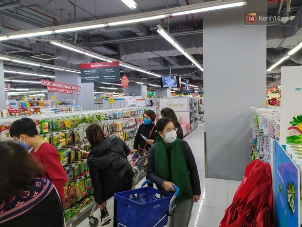 Ảnh: Nhiều kệ hàng tại các siêu thị lớn trống trơn sau Tết - Ảnh 1.