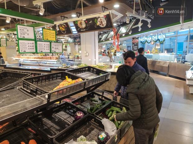 Ảnh: Nhiều kệ hàng tại các siêu thị lớn trống trơn sau Tết - Ảnh 2.