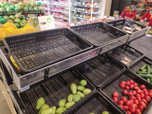 Ảnh: Nhiều kệ hàng tại các siêu thị lớn trống trơn sau Tết - Ảnh 3.