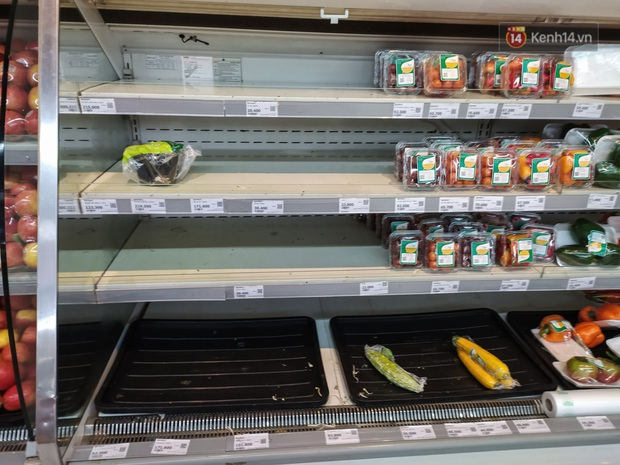Ảnh: Nhiều kệ hàng tại các siêu thị lớn trống trơn sau Tết - Ảnh 4.