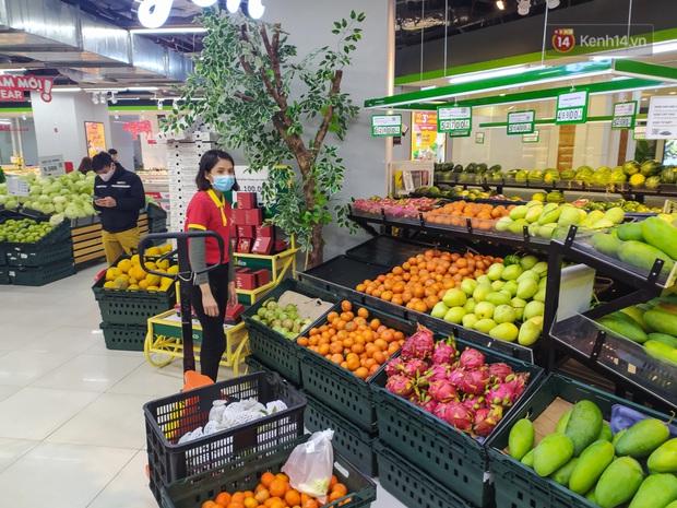 Ảnh: Nhiều kệ hàng tại các siêu thị lớn trống trơn sau Tết - Ảnh 5.