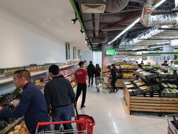 Ảnh: Nhiều kệ hàng tại các siêu thị lớn trống trơn sau Tết - Ảnh 6.
