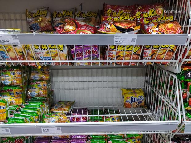Ảnh: Nhiều kệ hàng tại các siêu thị lớn trống trơn sau Tết - Ảnh 7.