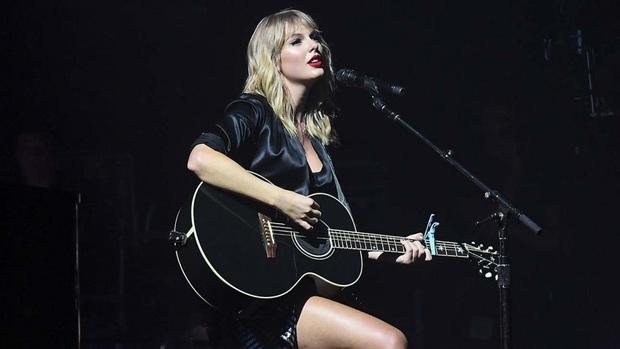 Có 2 Taylor Swift trong Miss Americana: Một cô gái đang yêu chạy lon ton ôm chầm Joe Alwyn và cô ca sĩ viết lời bài hát đá xéo Scooter Braun thâm như thường! - Ảnh 5.
