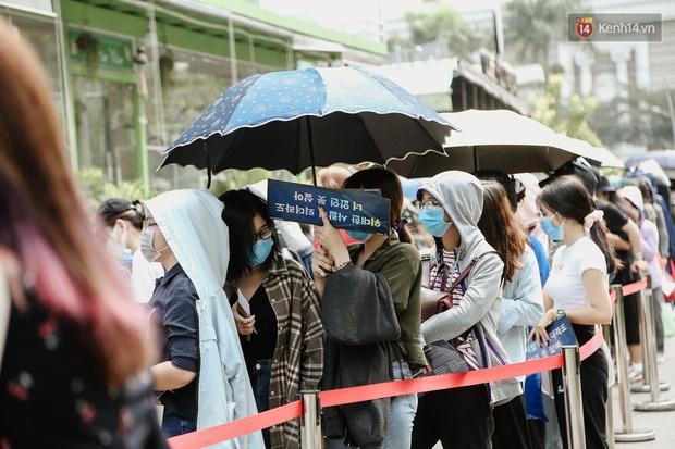 Giới trẻ Sài Gòn đeo khẩu trang kín mít đi xem concert WINNER giữa dịch bệnh do virus corona - Ảnh 8.