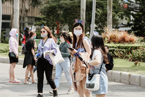 Giới trẻ Sài Gòn đeo khẩu trang kín mít đi xem concert WINNER giữa dịch bệnh do virus corona - Ảnh 2.