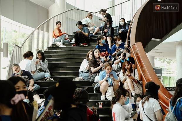 Giới trẻ Sài Gòn đeo khẩu trang kín mít đi xem concert WINNER giữa dịch bệnh do virus corona - Ảnh 5.
