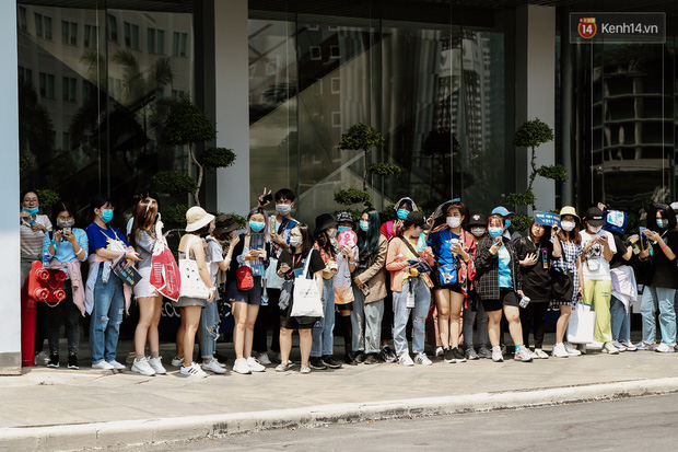 Giới trẻ Sài Gòn đeo khẩu trang kín mít đi xem concert WINNER giữa dịch bệnh do virus corona - Ảnh 1.