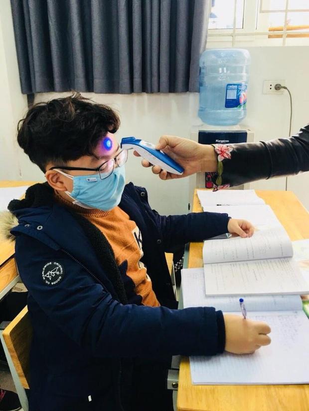 Các trường chủ động phun khử trùng, đo thân nhiệt ứng phó virus corona - Ảnh 1.