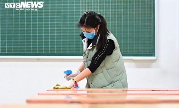 Các trường chủ động phun khử trùng, đo thân nhiệt ứng phó virus corona - Ảnh 3.