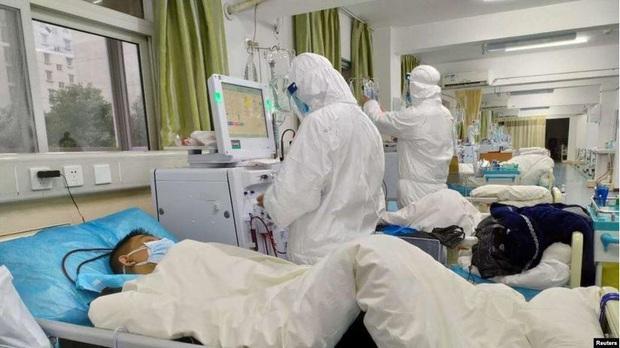 Nam tài xế taxi ở Hà Nội phải thở máy, viêm phổi nặng nghi nhiễm virus corona - Ảnh 1.