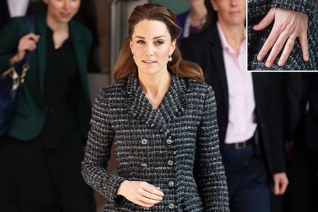 """Công nương Kate đột nhiên tháo nhẫn đính hôn trong sự kiện gần đây: Tưởng cô """"dỗi"""" chồng, hóa ra là vì một lý do rất cảm động - Ảnh 3."""