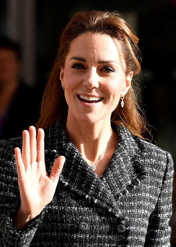 """Công nương Kate đột nhiên tháo nhẫn đính hôn trong sự kiện gần đây: Tưởng cô """"dỗi"""" chồng, hóa ra là vì một lý do rất cảm động - Ảnh 4."""