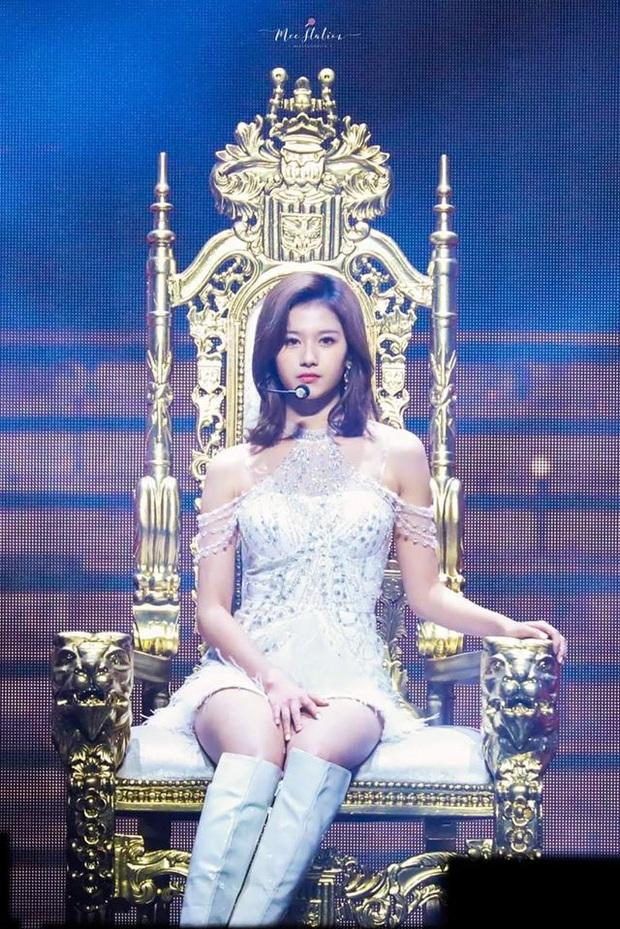 """Taeyeon và Sana (TWICE) ngồi chung 1 chiếc ghế hàng sỉ lẻ: Người khí chất làm King, người thần thái như Queen làm fan """"ship"""" rần rần! - Ảnh 1."""