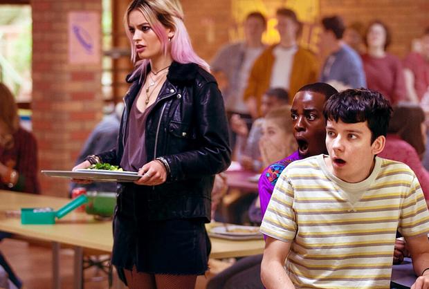 Hóa ra nạn hét giá khẩu trang phòng dịch đã được tiên tri từ ngay tập đầu tiên của Sex Education mùa 2? - Ảnh 1.