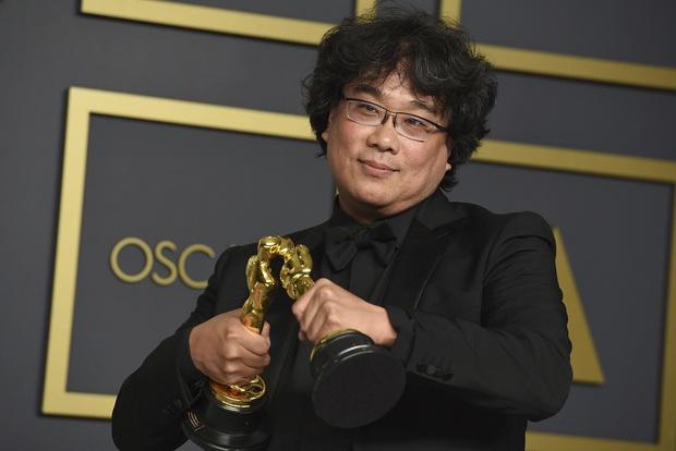 Khoảnh khắc cha đẻ Ký sinh trùng tạo dáng cưng muốn xỉu ở Oscar: Khi bạn có quá nhiều tượng vàng và muốn... đẻ ra thêm - Ảnh 1.