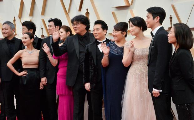 Dàn sao Ký sinh trùng gây sốt khi làm trò trên thảm đỏ Oscar 2020, nữ hoàng phim nóng và Park So Dam chiếm trọn spotlight - Ảnh 6.