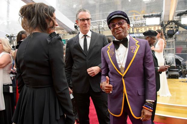 Đạo diễn Spike Lee mặc trang phục đặc biệt để tri ân huyền thoại Kobe Bryant tại lễ trao giải Oscar 2020 - Ảnh 1.