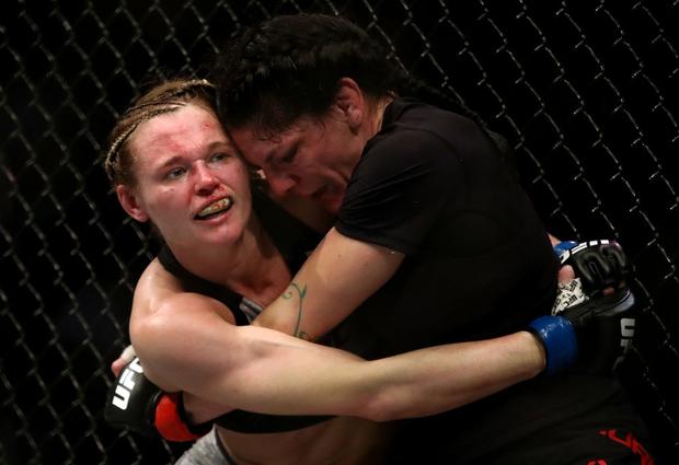 Góc biến hình: Đang xinh đẹp, dễ thương là thế, nữ võ sĩ bỗng bị đánh bầm dập đến khó nhận ra khi tranh tài tại giải đấu khắc nghiệt nhất thế giới - Ảnh 3.