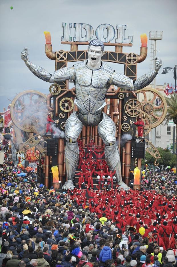 Các fan kỳ công tạo ra chú robot Ronaldo siêu to khổng lồ, nhưng đáng chú hơn lại là nguyên liệu làm nên tác phẩm vĩ đại này - Ảnh 4.