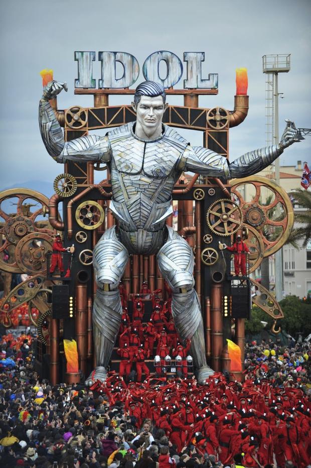 Các fan kỳ công tạo ra chú robot Ronaldo siêu to khổng lồ, nhưng đáng chú hơn lại là nguyên liệu làm nên tác phẩm vĩ đại này - Ảnh 2.