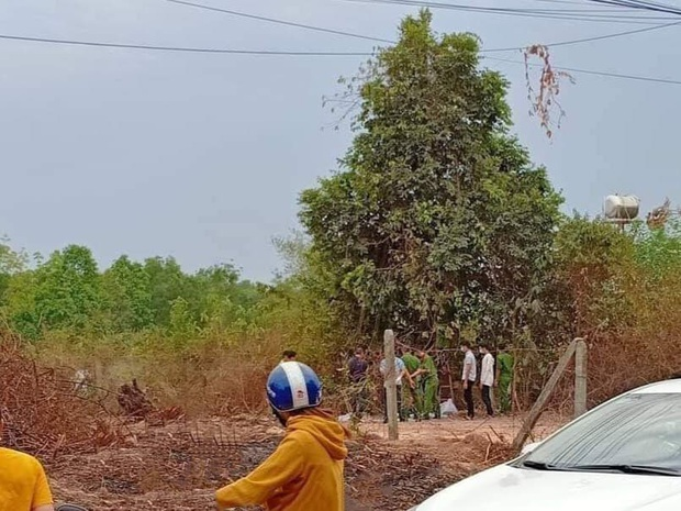 Người dân hốt hoảng bỏ chạy khi phát hiện bộ xương người chết khô ở bãi đất trống - Ảnh 1.