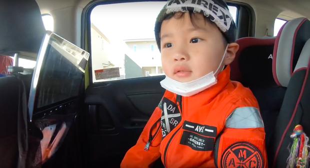 """Bất chấp quy định khắt khe của Youtube, bé Sa vẫn xuất hiện trong vlog mới của mẹ Quỳnh Trần, còn bập bẹ nói: """"Nhớ cô chú lắm"""" - Ảnh 2."""
