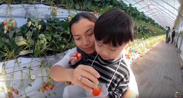 """Bất chấp quy định khắt khe của Youtube, bé Sa vẫn xuất hiện trong vlog mới của mẹ Quỳnh Trần, còn bập bẹ nói: """"Nhớ cô chú lắm"""" - Ảnh 4."""