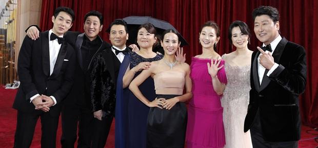 Dàn sao Ký sinh trùng gây sốt khi làm trò trên thảm đỏ Oscar 2020, nữ hoàng phim nóng và Park So Dam chiếm trọn spotlight - Ảnh 4.