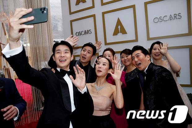 Dàn sao Ký sinh trùng gây sốt khi làm trò trên thảm đỏ Oscar 2020, nữ hoàng phim nóng và Park So Dam chiếm trọn spotlight - Ảnh 11.