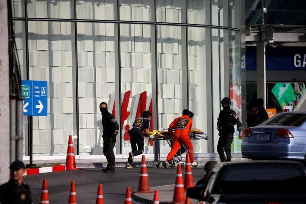 Nhân chứng sống sót kể lại đêm kinh hoàng khi mắc kẹt trong trung tâm thương mại với kẻ xả súng máu lạnh ở Thái Lan - Ảnh 5.