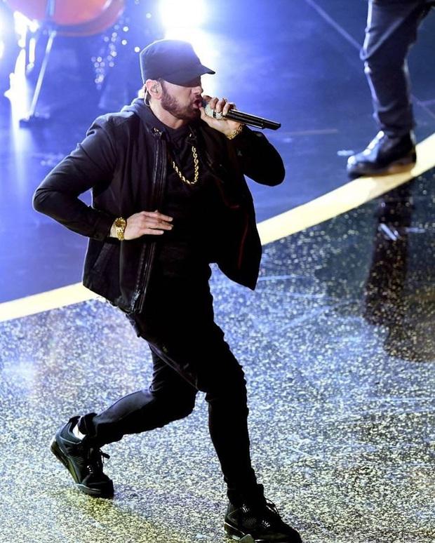 Lỡ hẹn tận... 18 năm, cuối cùng Eminem cũng trình diễn Lose Yourself tại Oscar nhưng chiếc bụng bia so cute lại chiếm hết spotlight - Ảnh 2.