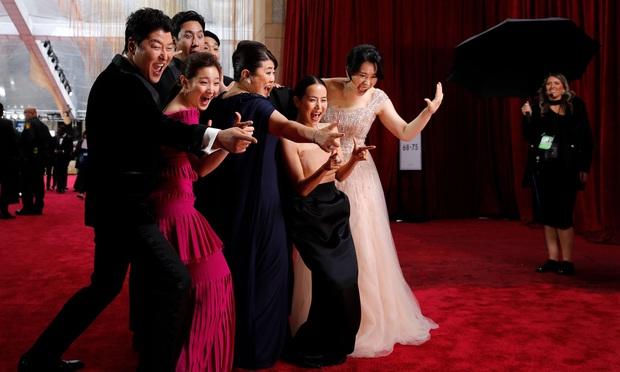 Dàn sao Ký sinh trùng gây sốt khi làm trò trên thảm đỏ Oscar 2020, nữ hoàng phim nóng và Park So Dam chiếm trọn spotlight - Ảnh 10.