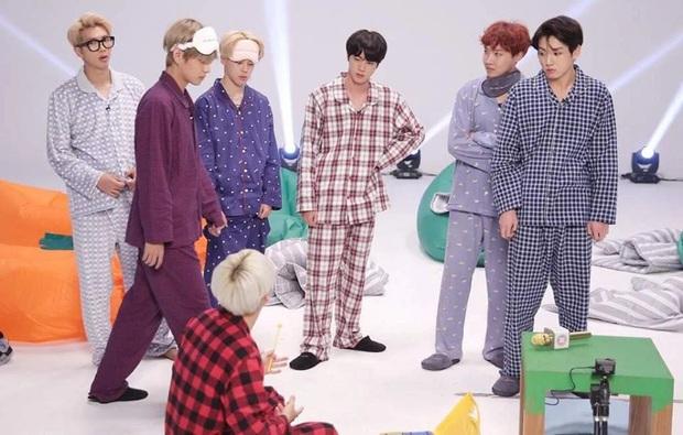 """Những concept tạo dáng từ """"ngầu đét"""" đến cực """"lầy"""" của BTS, đi ăn chơi hay du lịch muốn chụp ảnh nhóm đều xài được hết nè! - Ảnh 9."""