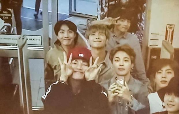 """Những concept tạo dáng từ """"ngầu đét"""" đến cực """"lầy"""" của BTS, đi ăn chơi hay du lịch muốn chụp ảnh nhóm đều xài được hết nè! - Ảnh 16."""