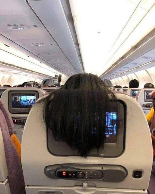 """Nhức mắt với hành động xấu xí của nữ hành khách trên máy bay, dân mạng mách cách giải quyết cực """"gắt"""" - Ảnh 1."""