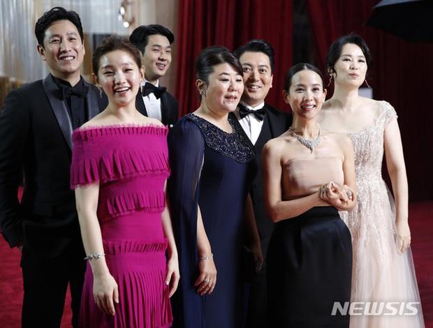 Dàn sao Ký sinh trùng gây sốt khi làm trò trên thảm đỏ Oscar 2020, nữ hoàng phim nóng và Park So Dam chiếm trọn spotlight - Ảnh 7.