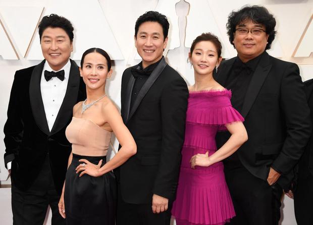 Thiên tài lừa đảo của Ký Sinh Trùng lột xác khỏi style bà thím, chiếm spotlight tại Oscar 2020 với bộ đầm chói chang rất ít sao Hàn dám diện - Ảnh 2.