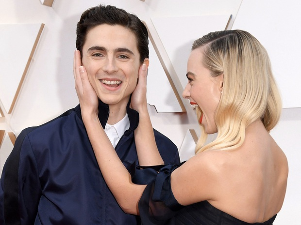 10 khoảnh khắc viral nhất đêm Oscar lịch sử: Người sợ mất tượng vàng bèn cất dưới gầm ghế, đạo diễn Bong gục sau cánh gà - Ảnh 3.