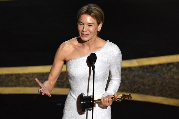 7 khoảnh khắc phát biểu đáng nhớ tại Oscar 2020: Chú Bong Parasite tỏ tình ngay trên sân khấu, Brad Pitt lầy lội cà khịa Tổng thống Trump - Ảnh 7.