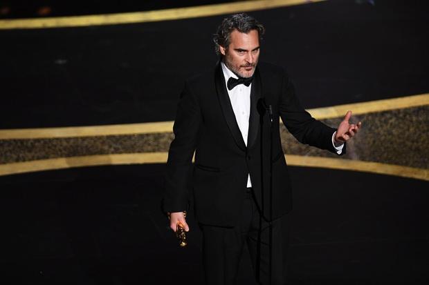 7 khoảnh khắc phát biểu đáng nhớ tại Oscar 2020: Chú Bong Parasite tỏ tình ngay trên sân khấu, Brad Pitt lầy lội cà khịa Tổng thống Trump - Ảnh 9.