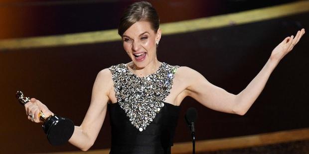 7 khoảnh khắc phát biểu đáng nhớ tại Oscar 2020: Chú Bong Parasite tỏ tình ngay trên sân khấu, Brad Pitt lầy lội cà khịa Tổng thống Trump - Ảnh 11.