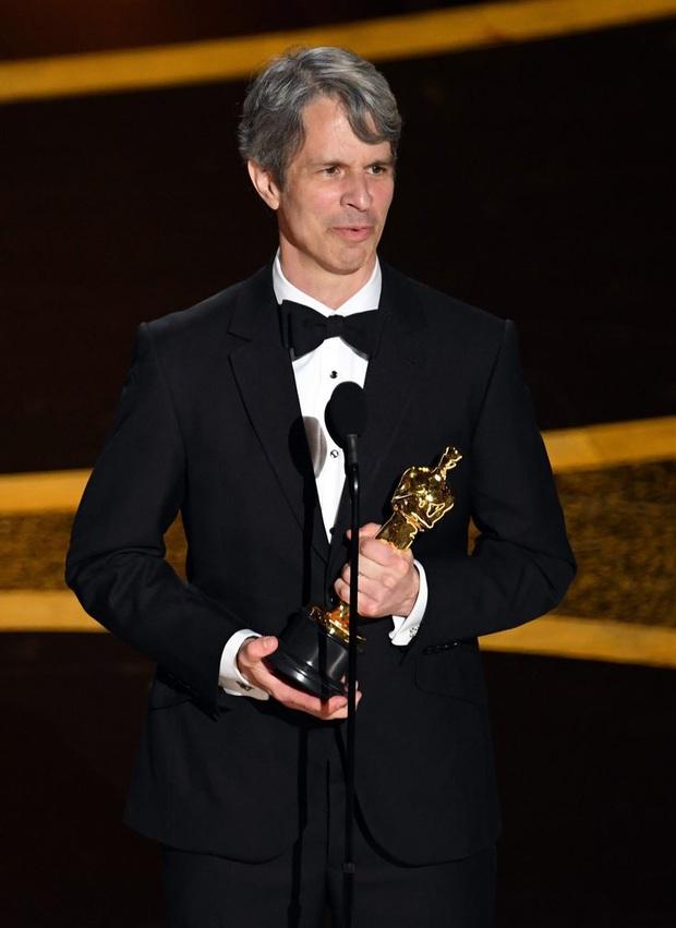 7 khoảnh khắc phát biểu đáng nhớ tại Oscar 2020: Chú Bong Parasite tỏ tình ngay trên sân khấu, Brad Pitt lầy lội cà khịa Tổng thống Trump - Ảnh 13.