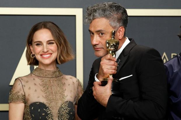 10 khoảnh khắc viral nhất đêm Oscar lịch sử: Người sợ mất tượng vàng bèn cất dưới gầm ghế, đạo diễn Bong gục sau cánh gà - Ảnh 17.