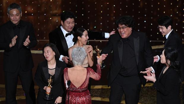 Parasite vừa giành 4 tượng vàng Oscar, các cụm rạp vội vàng chiếu phim thêm lần nữa - Ảnh 1.