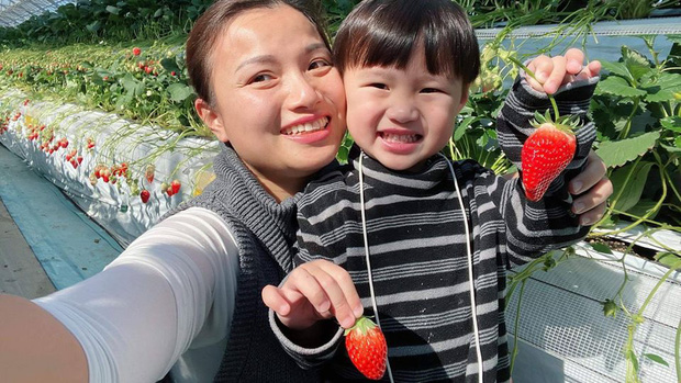"""Bất chấp quy định khắt khe của Youtube, bé Sa vẫn xuất hiện trong vlog mới của mẹ Quỳnh Trần, còn bập bẹ nói: """"Nhớ cô chú lắm"""" - Ảnh 8."""